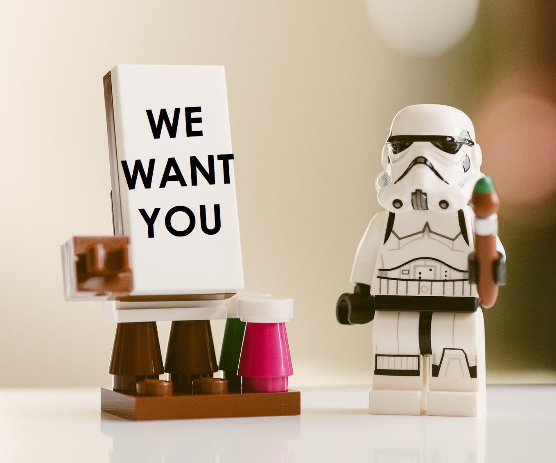 """Star Wars Lego-Figur mit Schild """"We want you"""""""