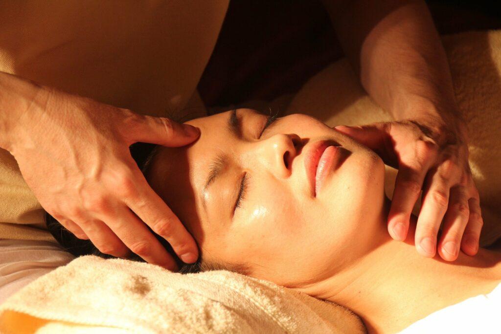 Gesicht einer Frau, die entspannt ist während Massage