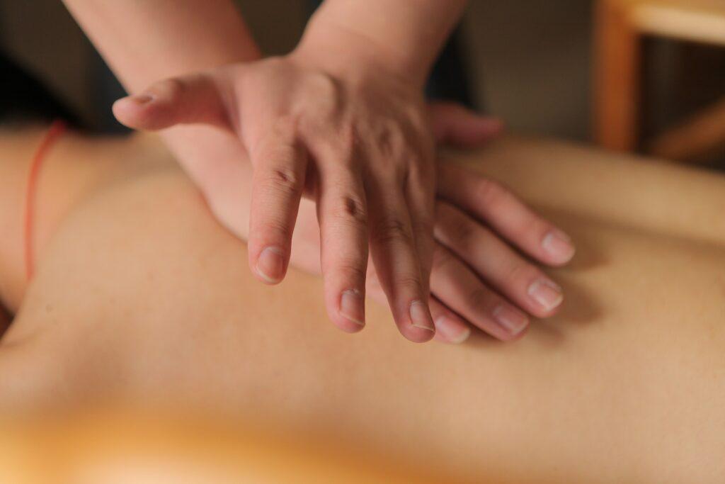 Ansicht eines Rückens während einer Tuina-Massage